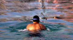 冬泳健将游泳图