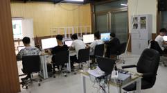 学员正在专注的完成项目制作