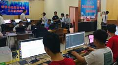 学员正在学习电脑知识